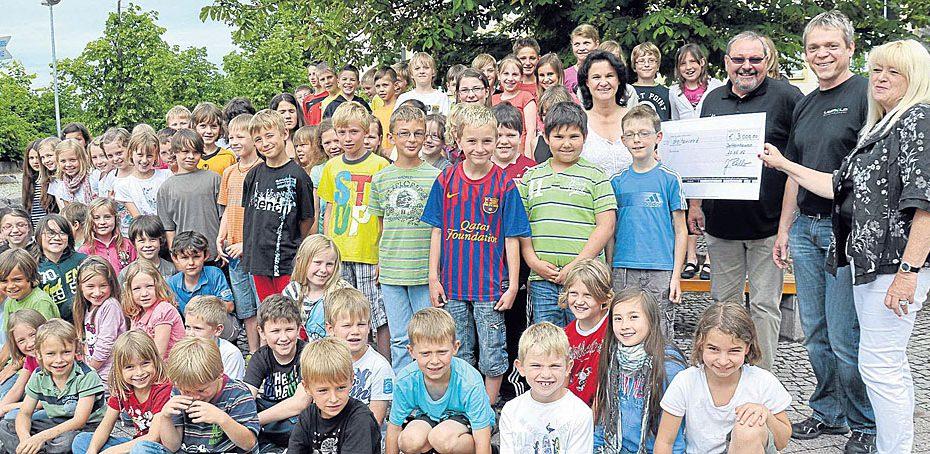 Kinder der Dotternhausener Grundschule bei der Spendenübergabe