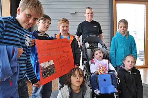 Nina und Michael Leopold mit den Kommunionskindern aus Stetten bei Haigerloch