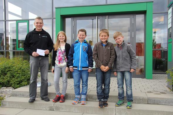 Michael Leopold mit den Kommunionskindern aus Owingen-Stetten bei der Spendenübergabe