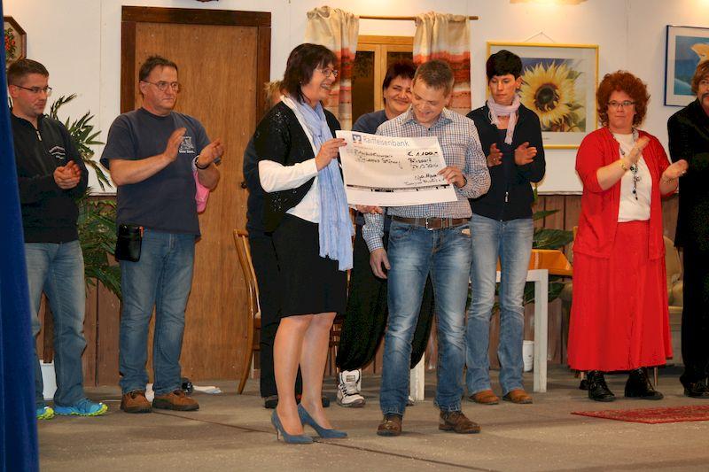 Spendenscheck-Übergabe mit Vorstand Michael Leopold