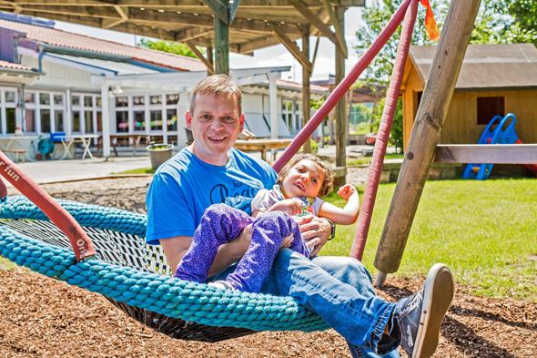 Michael und Nina Leopold im Garten des integrativen Kindergartens