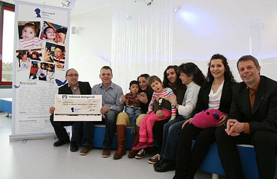 """Spendenübergabe im """"Traumraum"""" der Schule St. Benedikt (von links)"""